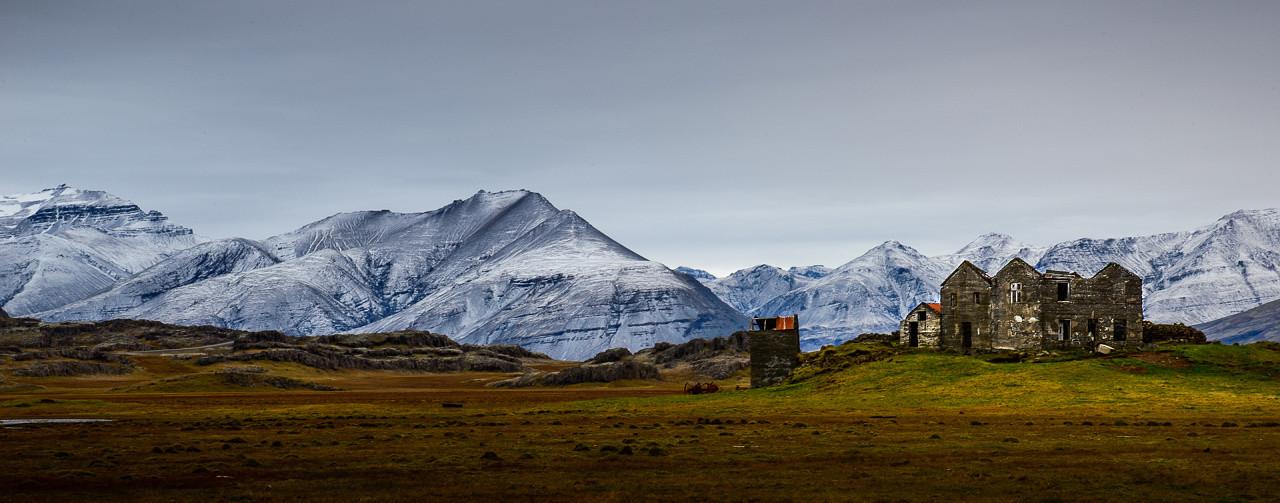 Island pobřeží hory Djúpivoguru
